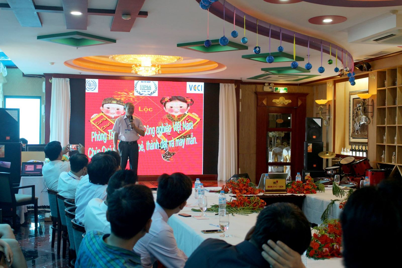 Cong-dong-doanh-nhan-HBC-Thang-05-–-Ruc-ro-mau-hoa-phuong