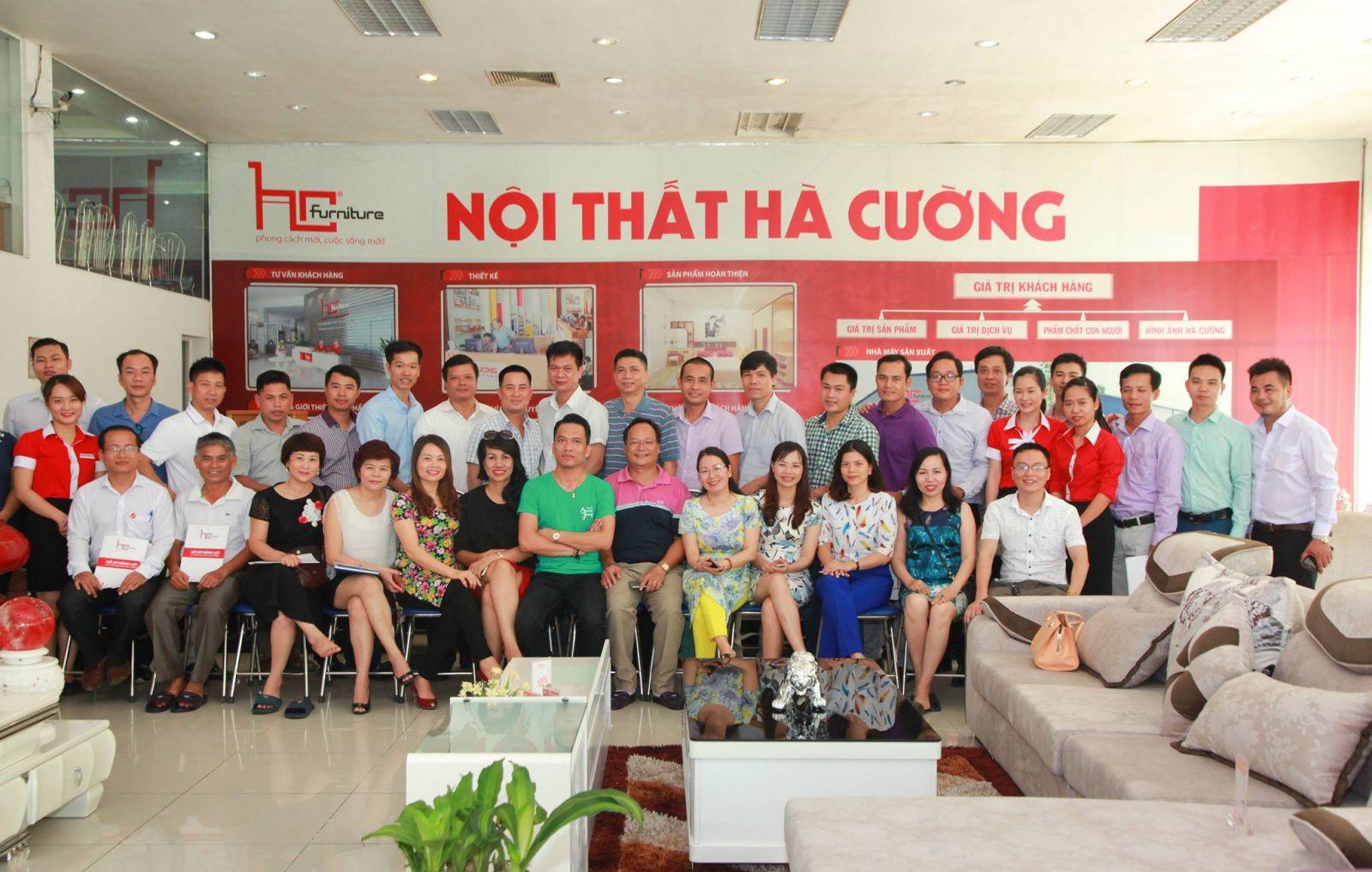 Cong-dong-doanh-nhan-HBC-tham-quan,-hoc-hoi-tai-sieu-thi-noi-that-Ha-Cuong